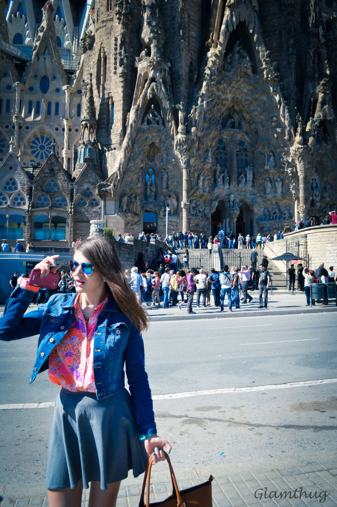 sagrada famiglia,sagrada familia surroundings, what to visit in barcelona,lifestyle blogger,glamthug blog, how to wear a t-shirt with flowers,how to wear mirrored sunglasses,student in denmark,the life of a student abroad,how to wear flower power,photos with nikon d3200