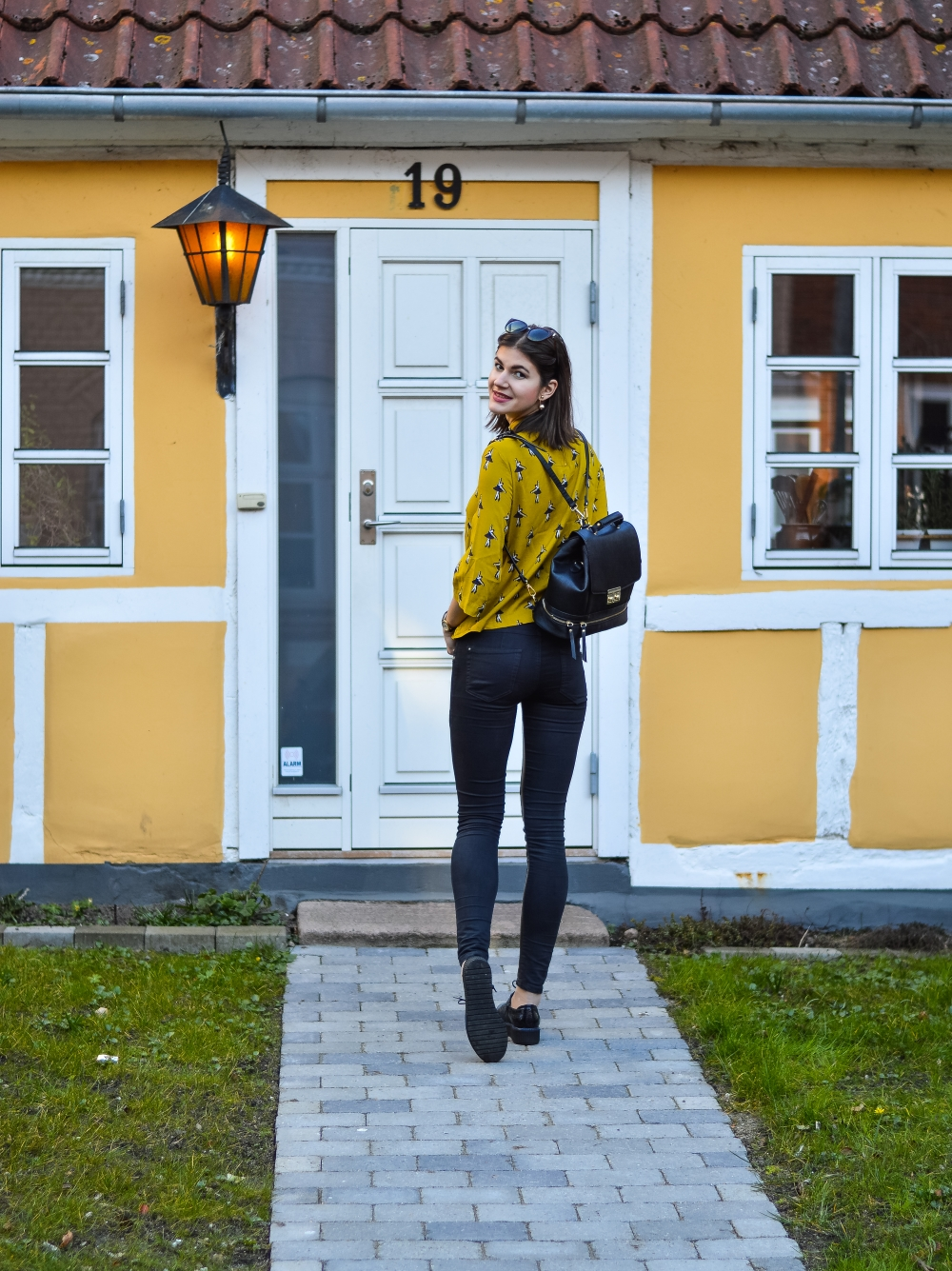 cafe gran,flowers,spring is here,mustard yellow,zara backpack,denmark horsens, clove pink,carnation,glamthug blog,daily style
