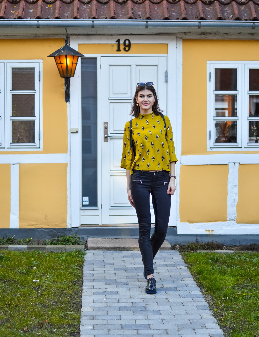 cafe gran,how to wear yellow mustard,flowers,spring is here,mustard yellow,zara backpack,denmark horsens, clove pink,carnation,glamthug blog,daily style